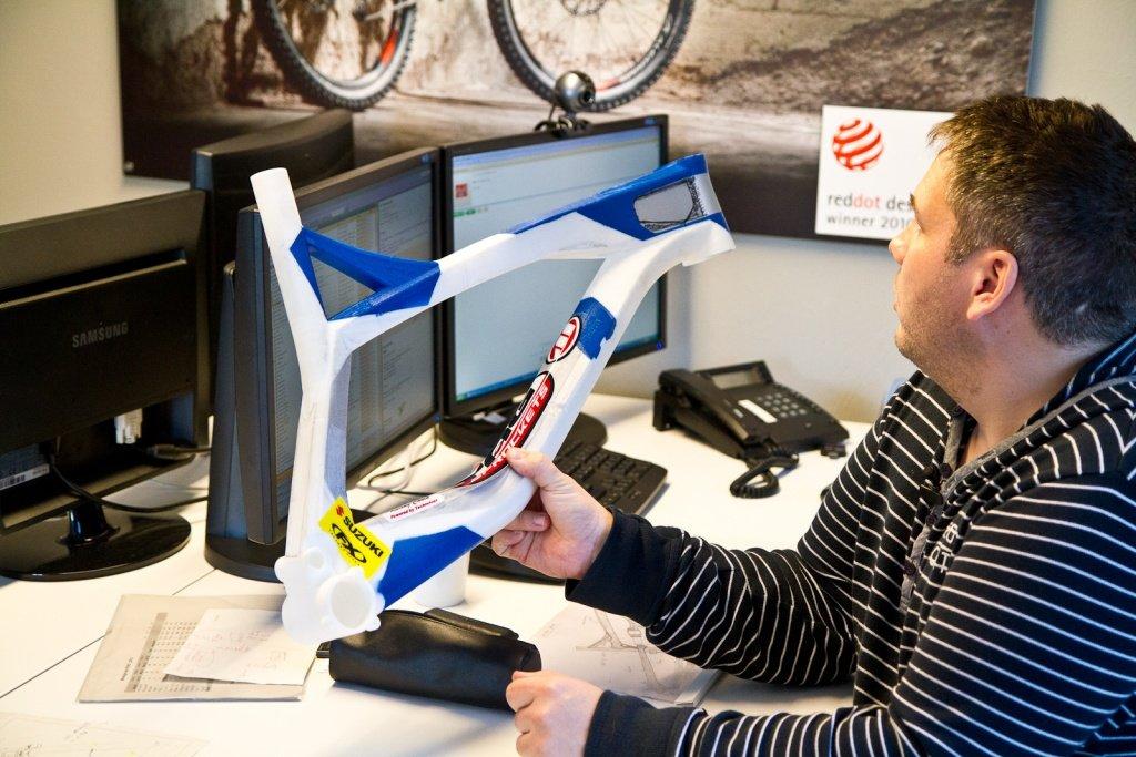 Stefan Willared mit 3D Druck eines Rahmens