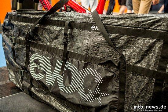 """Die Tasche ist groß genug auch für 29""""-Bikes und kann je nach Demontage-Zustand so verkleinert werden, dass sie auch im Zug praktisch zu handhaben ist"""