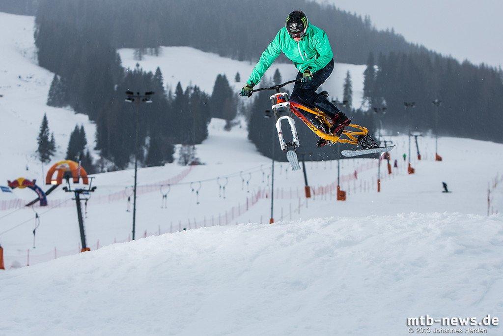 Sam Pilgrim rockt eins der Bikes mit Schnee-Umbaukits