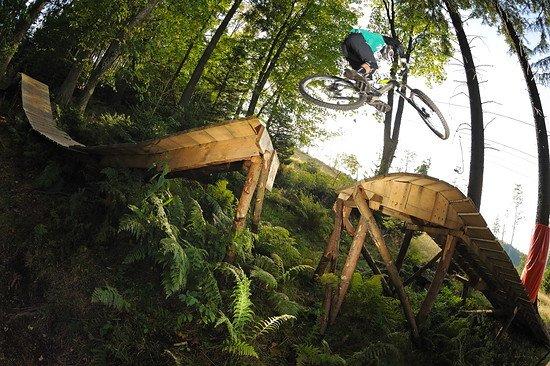 Vorbildlich: Spaßiger, doch ungefährlicher Holz-Stunt im Evil-Eye-Trail am Geisskopf. Spaß für 90 Prozent der Parkbesucher - Foto von Colin Stewart