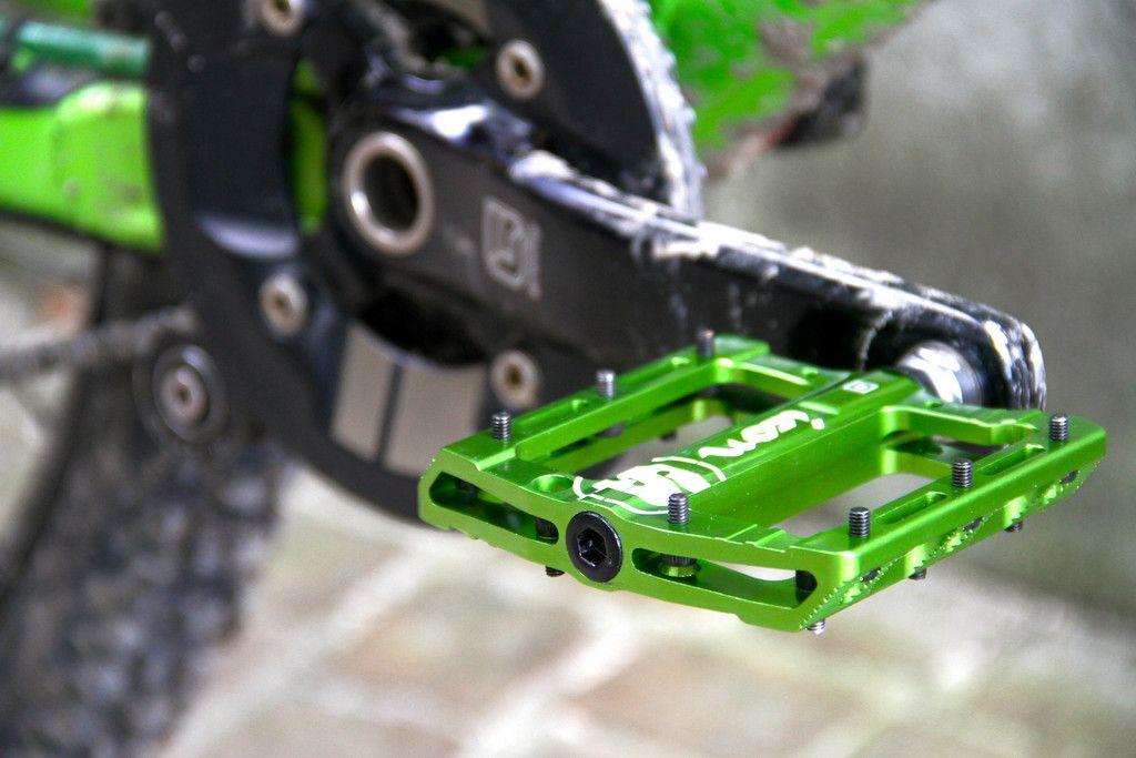 In unserem Online-Shop findest du SIXPACK-RACING Zubehörteile, Ersatzteile und Anbauteile für Fahrräder und Mountainbikes.Diese Komponenten zeichnen sich durch das geringe Gewicht, hochwertige Materialien und auffallendes Design aus. Alle Teile wurden für den rauen Gebrauch entwickelt und hergestellt. So steht dir und einer adrenalinreichen Abfahrt nichts mehr im Wege.
